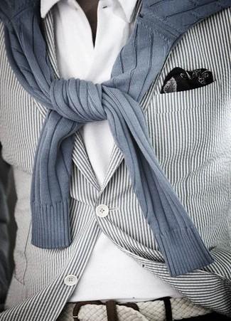 Cómo combinar: blazer de rayas verticales en blanco y negro, jersey con cuello circular de rayas verticales gris, camisa polo blanca, pañuelo de bolsillo estampado en negro y blanco