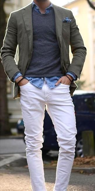 Cómo combinar: blazer de algodón verde oliva, jersey con cuello circular en gris oscuro, camisa vaquera celeste, vaqueros blancos