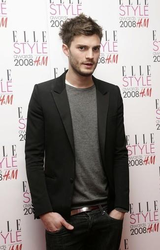 Look de Jamie Dornan: Blazer Negro, Jersey con Cuello Circular Gris, Camiseta con Cuello Circular Blanca, Vaqueros Azul Marino