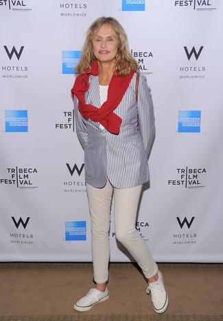Look de Lauren Hutton: Blazer de Rayas Verticales Gris, Jersey con Cuello Circular Rojo, Camiseta con Cuello Circular Blanca, Vaqueros en Beige