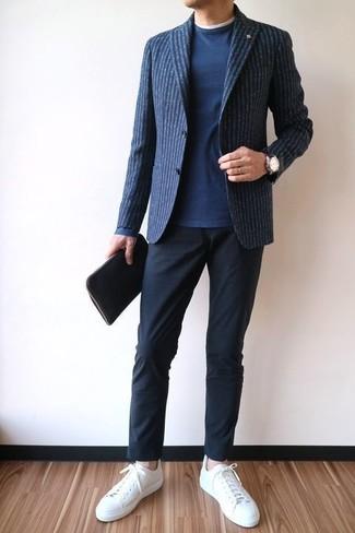 Cómo combinar: blazer de lana de rayas verticales azul marino, jersey con cuello circular azul marino, camiseta con cuello circular blanca, pantalón chino negro