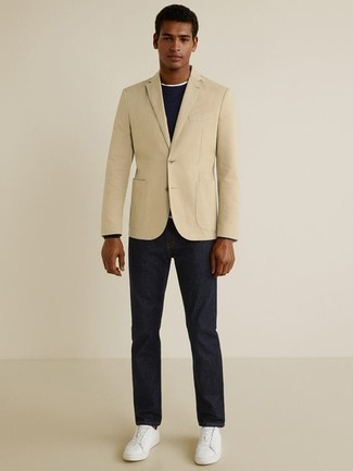 Cómo combinar un blazer en beige: Empareja un blazer en beige con unos vaqueros azul marino para lograr un estilo informal elegante. Si no quieres vestir totalmente formal, elige un par de tenis de cuero blancos.