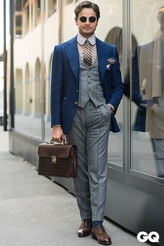 Cómo combinar un portafolio de cuero en marrón oscuro en otoño 2020: Considera ponerse un blazer azul marino y un portafolio de cuero en marrón oscuro transmitirán una vibra libre y relajada. Con el calzado, sé más clásico y complementa tu atuendo con zapatos oxford de ante en marrón oscuro. Si tu en busca de un atuendo otoñal, esta es una idea ideal.