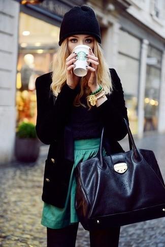 Empareja un blazer de terciopelo negro de mujeres de Gucci con una falda skater verde y te verás como todo un bombón.