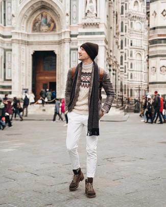 Cómo combinar: blazer de tartán marrón, jersey con cuello circular de grecas alpinos en beige, jersey de cuello alto blanco, vaqueros blancos