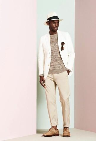 Cómo combinar: blazer blanco, jersey con cuello circular marrón claro, pantalón chino en beige, zapatos brogue de cuero marrón claro