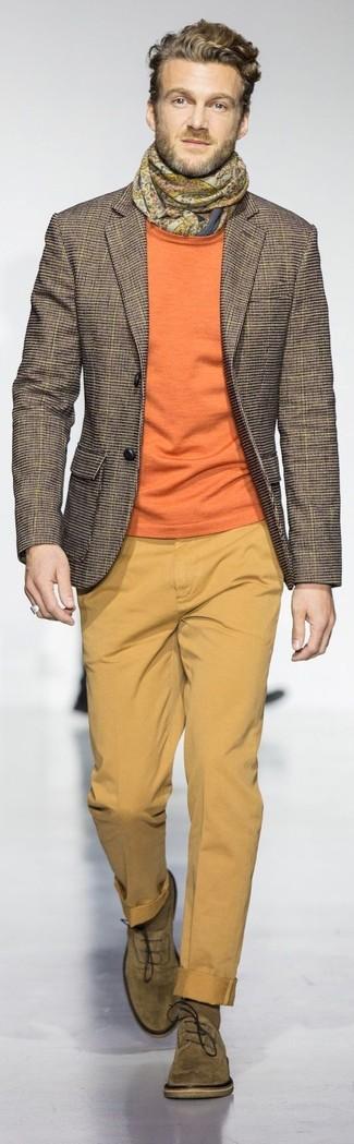 Cómo combinar una bufanda mostaza: Considera emparejar un blazer a cuadros marrón junto a una bufanda mostaza transmitirán una vibra libre y relajada. ¿Te sientes valiente? Opta por un par de zapatos oxford de ante verde oliva.