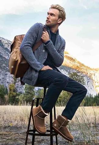 Cómo combinar un blazer de punto gris: Ponte un blazer de punto gris y un pantalón chino negro para el after office. Si no quieres vestir totalmente formal, complementa tu atuendo con botas ugg marrónes.