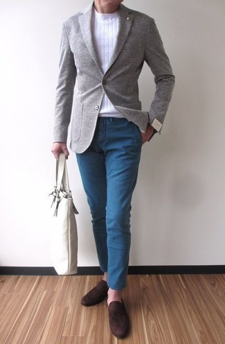 Cómo combinar: blazer de lana gris, jersey con cuello circular blanco, pantalón chino azul, mocasín de ante en marrón oscuro