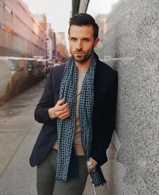 Cómo combinar: blazer de lana azul marino, jersey con cuello circular marrón claro, pantalón chino verde oscuro, bufanda estampada azul marino