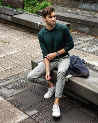 Cómo combinar: blazer vaquero azul marino, jersey con cuello circular verde oscuro, pantalón chino en verde menta, tenis de lona blancos