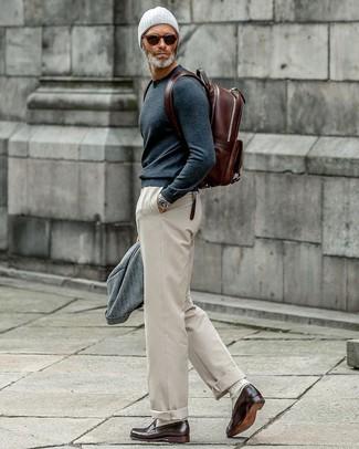 Cómo combinar: blazer de lana gris, jersey con cuello circular azul marino, pantalón chino en beige, mocasín de cuero en marrón oscuro