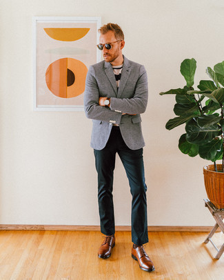Cómo combinar unas gafas de sol verde oscuro: Emparejar un blazer de lana gris junto a unas gafas de sol verde oscuro es una opción muy buena para el fin de semana. Zapatos derby de cuero marrónes levantan al instante cualquier look simple.