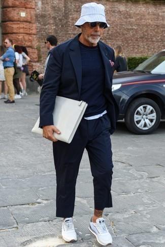 Outfits hombres: Elige un blazer azul marino y un pantalón chino azul marino para el after office. Deportivas blancas añaden un toque de personalidad al look.