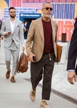 Cómo combinar una correa: Equípate un blazer marrón claro con una correa transmitirán una vibra libre y relajada. Completa tu atuendo con tenis marrón claro para mostrar tu inteligencia sartorial.