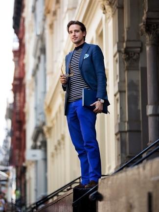 Look de moda: Blazer azul marino, Jersey con cuello circular de rayas horizontales en blanco y azul marino, Pantalón chino azul, Mocasín con borlas de ante en marrón oscuro