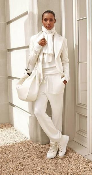 Cómo combinar unas zapatillas altas de lona blancas: Equípate un blazer de lana blanco con un pantalón de chándal blanco para conseguir una apariencia glamurosa y elegante. Si no quieres vestir totalmente formal, elige un par de zapatillas altas de lona blancas.