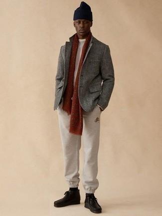 Cómo combinar unas botas safari de cuero negras: Elige un blazer de lana gris y un pantalón de chándal en beige para conseguir una apariencia relajada pero elegante. Botas safari de cuero negras son una opción estupenda para complementar tu atuendo.