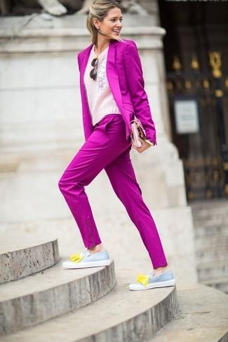 Cómo combinar un blazer rosa: Haz de un blazer rosa y un pantalón de vestir rosa tu atuendo para lucir elegante y distinguida. Mocasín con borlas de cuero gris son una opción excelente para completar este atuendo.