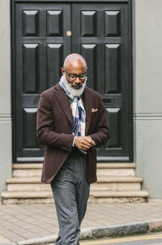 Cómo combinar un blazer de lana en marrón oscuro: Intenta ponerse un blazer de lana en marrón oscuro y un pantalón de vestir de lana gris para un perfil clásico y refinado.
