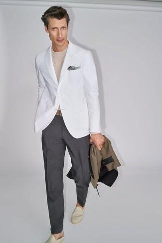 Outfits hombres estilo casual elegante: Elige un blazer blanco y un pantalón de vestir en gris oscuro para rebosar clase y sofisticación. Mezcle diferentes estilos con alpargatas de lona en beige.