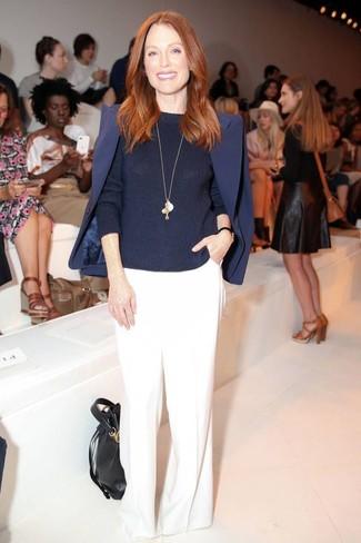 Look de Julianne Moore: Blazer azul marino, Jersey con cuello circular azul marino, Pantalones anchos blancos, Mochila con cordón de cuero negra