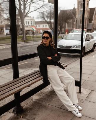 Look de moda: Blazer negro, Jersey con cuello circular negro, Pantalones anchos blancos, Tenis de cuero en blanco y negro