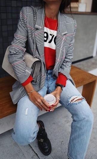 Cómo combinar: blazer de pata de gallo en blanco y negro, jersey con cuello circular estampado rojo, vaqueros boyfriend desgastados celestes, botines chelsea de cuero negros