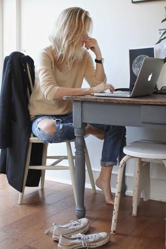 La versatilidad de un blazer negro y unos vaqueros boyfriend desgastados azules los hace prendas en las que vale la pena invertir. Tenis blancos son una sencilla forma de complementar tu atuendo.