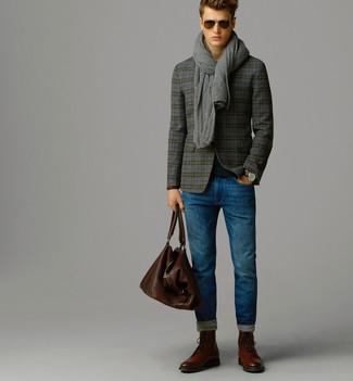Cómo combinar: blazer de lana de tartán gris, jersey con cuello circular negro, vaqueros azules, botas brogue de cuero marrónes