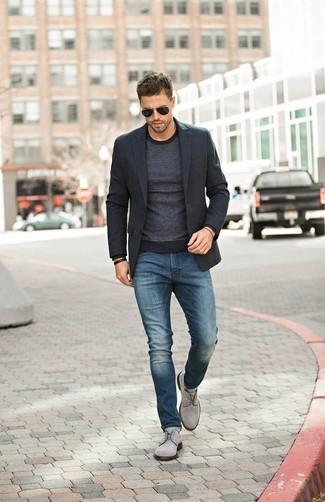 Perfecciona el look casual elegante en un blazer negro y unos vaqueros azules. ¿Te sientes valiente? Opta por un par de zapatos derby de ante grises.