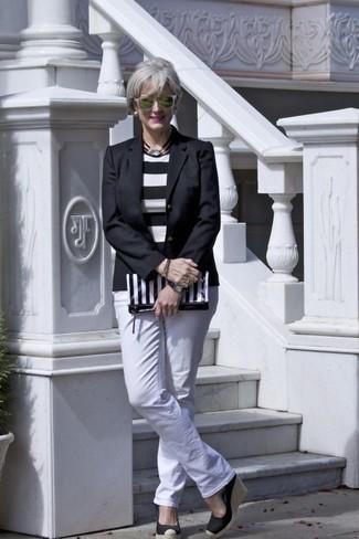 Cómo combinar: blazer negro, jersey con cuello circular de rayas horizontales en blanco y negro, vaqueros blancos, sandalias con cuña de elástico negras