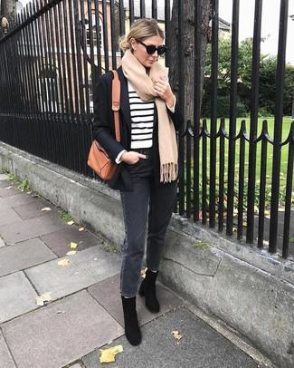 Cómo combinar: blazer negro, jersey con cuello circular de rayas horizontales en blanco y negro, vaqueros en gris oscuro, botines de ante negros