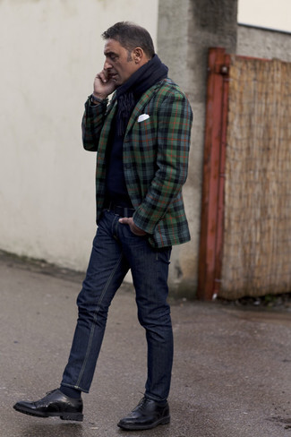 Cómo combinar: blazer de tartán verde oscuro, jersey con cuello circular azul marino, vaqueros azul marino, zapatos brogue de cuero negros