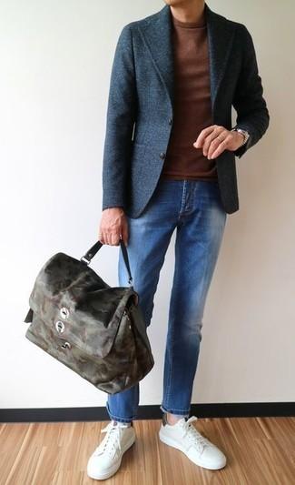 Cómo combinar: blazer de lana en gris oscuro, jersey con cuello circular marrón, vaqueros azules, tenis de cuero blancos