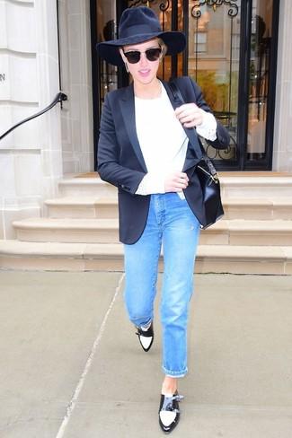 Cómo combinar: blazer negro, jersey con cuello circular blanco, vaqueros azules, zapatos con doble hebilla de cuero en negro y blanco