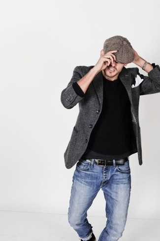Cómo combinar: blazer de lana en gris oscuro, jersey con cuello circular negro, vaqueros azules, gorra inglesa marrón