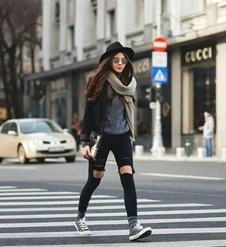Cómo combinar: blazer negro, jersey con cuello circular gris, vaqueros pitillo desgastados negros, tenis grises