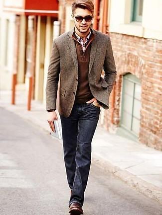 Cómo combinar: blazer de lana marrón, jersey con cuello henley marrón, camisa de manga larga de tartán en blanco y rojo y azul marino, vaqueros azul marino