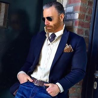 Cómo combinar: blazer de lana azul marino, jersey con cuello henley de punto blanco, camisa de vestir blanca, vaqueros azules
