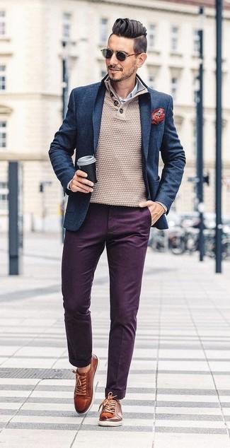 Cómo combinar: blazer de lana azul marino, jersey con cuello henley en beige, camisa de vestir de rayas verticales en blanco y azul, pantalón chino morado oscuro