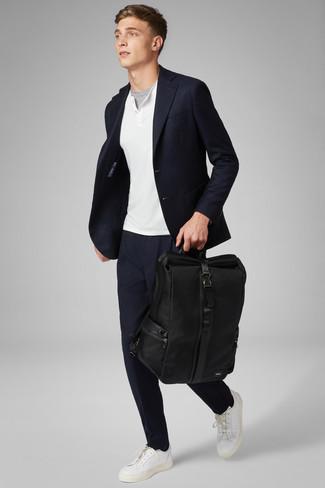 Cómo combinar: blazer azul marino, jersey con cuello henley blanco, camiseta con cuello circular gris, pantalón chino azul marino