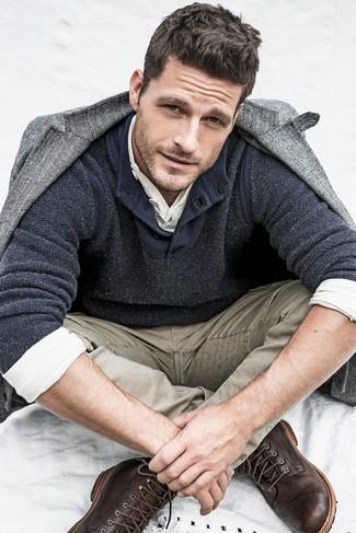 Cómo combinar: blazer de lana de espiguilla gris, jersey con cuello henley en gris oscuro, camiseta henley de manga larga blanca, vaqueros marrón claro