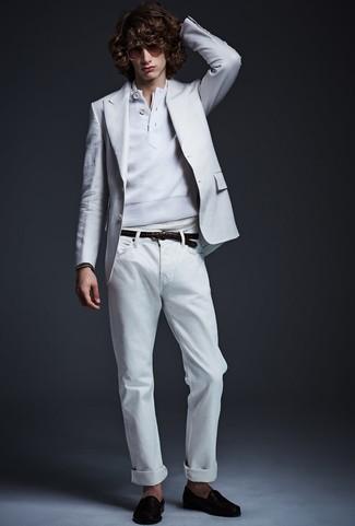 Cómo combinar: blazer blanco, jersey con cuello henley blanco, camiseta henley blanca, vaqueros blancos