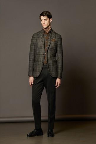 Cómo combinar: blazer de lana de tartán en gris oscuro, jersey de cuello alto marrón claro, camisa de manga larga de franela de tartán marrón, pantalón chino negro