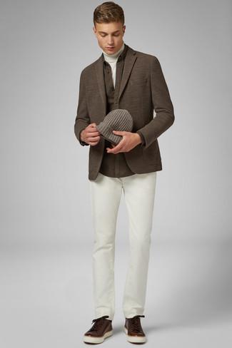 Cómo combinar una camisa de manga larga marrón: Para un atuendo que esté lleno de caracter y personalidad elige una camisa de manga larga marrón y un pantalón chino blanco. ¿Quieres elegir un zapato informal? Complementa tu atuendo con tenis de cuero en marrón oscuro para el día.