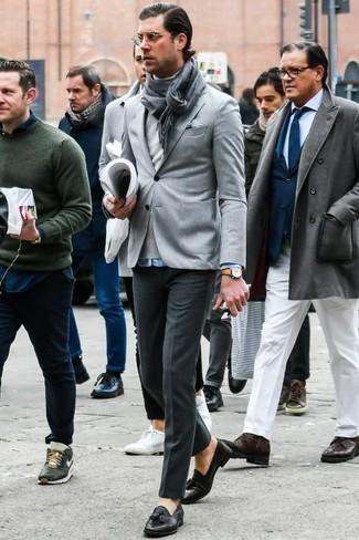 Cómo combinar un jersey de cuello alto gris: Considera emparejar un jersey de cuello alto gris junto a un pantalón de vestir en gris oscuro para rebosar clase y sofisticación. Mocasín de cuero negro son una opción excelente para complementar tu atuendo.