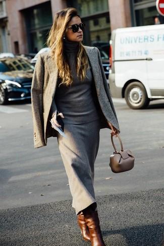 Cómo combinar: blazer gris, jersey de cuello alto gris, falda midi de lana gris, botas a media pierna de cuero marrónes