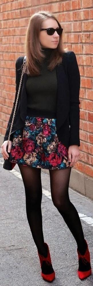 Cómo combinar: blazer negro, jersey de cuello alto en gris oscuro, falda skater con print de flores azul marino, zapatos de tacón de ante rojos