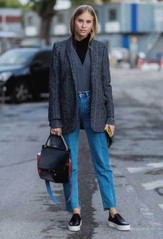 Cómo combinar: blazer de lana de rayas verticales en gris oscuro, jersey de cuello alto negro, jersey de pico gris, vaqueros azules